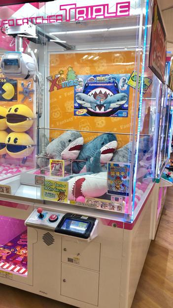 桃花台ドンキのゲームセンターの景品にIKEAのサメっぽいぬいぐるみが! - 1