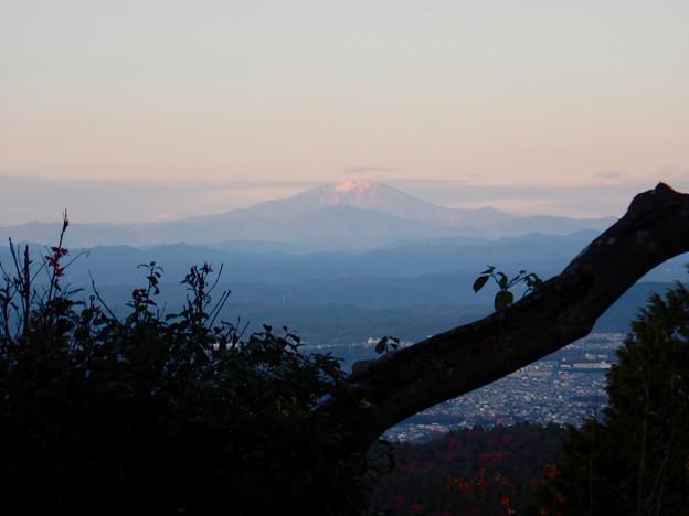弥勒山山頂から見た、薄っすら雪をいただく御嶽山