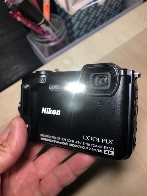COOLPIX W300(Black) - 11:ライト点灯中