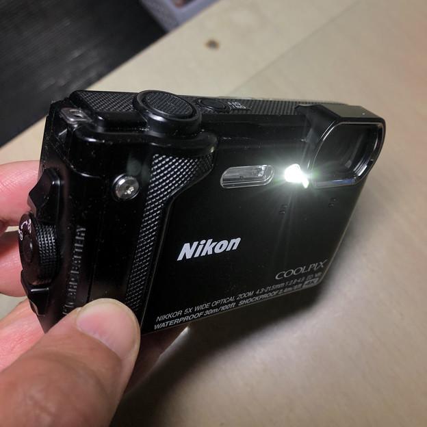 COOLPIX W300(Black) - 13:ライト点灯中