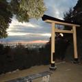 Photos: 尾張白山社:黄金の鳥居越しにみた夕暮れ時の景色 - 1