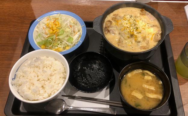 松屋:ジョージア料理をアレンジした「シュクメルリ鍋定食」 - 1