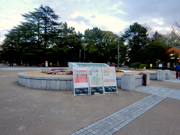 Photos: 鶴舞公園入り口に置かれた緊急事態宣言の看板 - 1