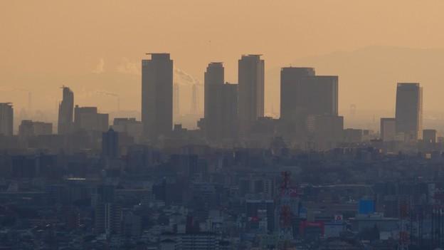 西高森山山頂から見た名駅ビル群越しの煙を吐く煙突 - 1