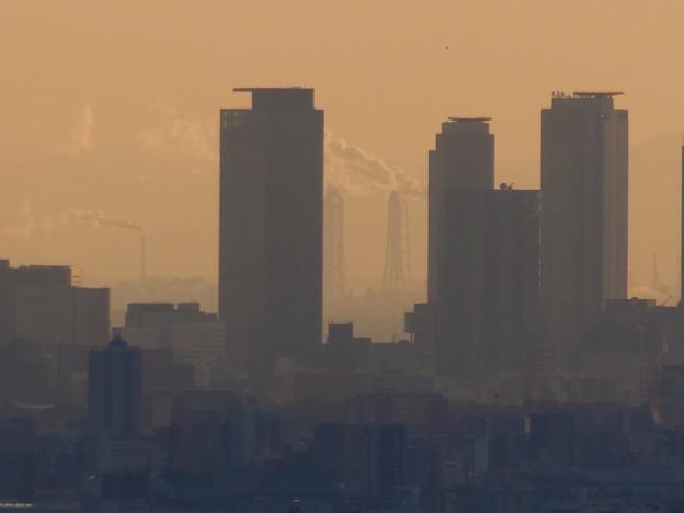 西高森山山頂から見た名駅ビル群越しの煙を吐く煙突 - 2