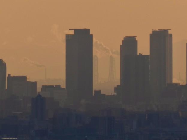 西高森山山頂から見た名駅ビル群越しの煙を吐く煙突 - 3