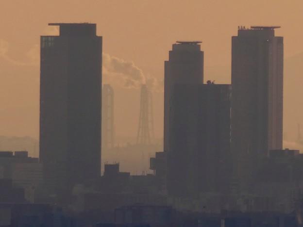 西高森山山頂から見た名駅ビル群越しの煙を吐く煙突 - 4