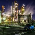 工場夜景と車