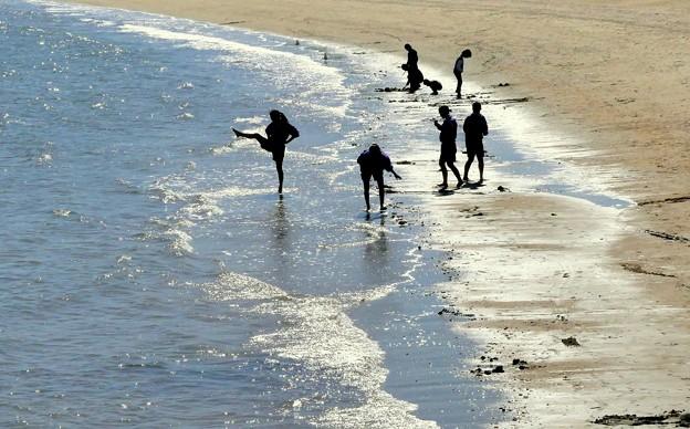 白子の浜で遊ぶ中学生