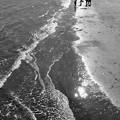 波打ち際で遊ぶ子ら(モノクロ)