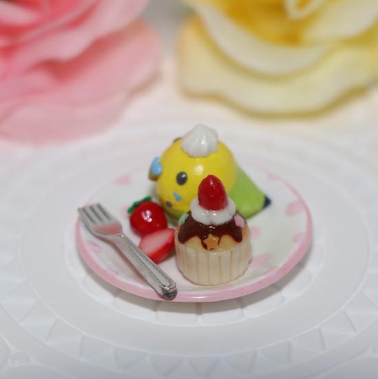 n011ミニチュア/いちごカップケーキプレート/セキセイ・グリーン(横2)