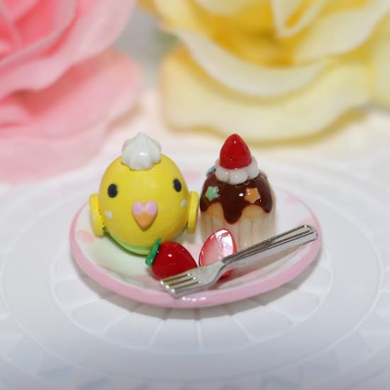 n013ミニチュア/いちごカップケーキプレート/セキセイ・黄ハルクイン