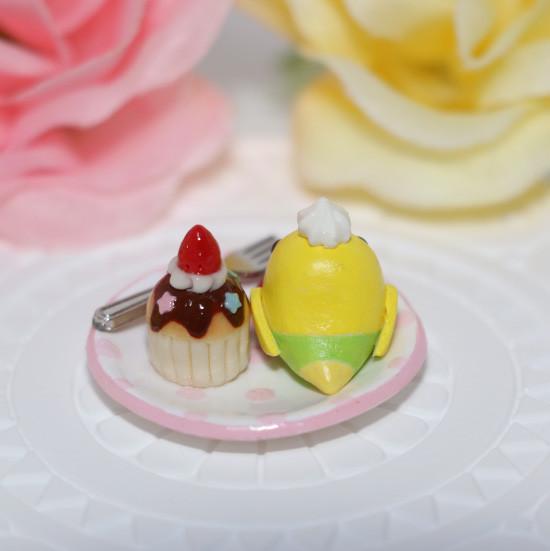 n013ミニチュア/いちごカップケーキプレート/セキセイ・黄ハルクイン(後ろ)