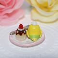 Photos: n013ミニチュア/いちごカップケーキプレート/セキセイ・黄ハルクイン(後ろ)
