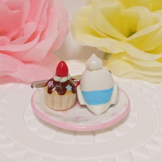 n016ミニチュア/いちごカップケーキプレート/セキセイ・パイドブルー(後ろ)