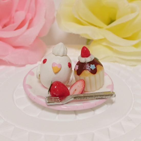 n019ミニチュア/いちごカップケーキプレート/セキセイ・アルビノ