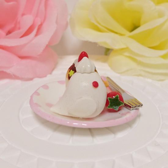 n019ミニチュア/いちごカップケーキプレート/セキセイ・アルビノ(横1)