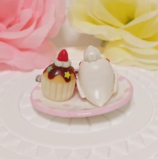n019ミニチュア/いちごカップケーキプレート/セキセイ・アルビノ(後ろ)