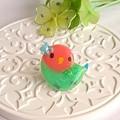 r010バッジ/お花とインコ/コザクラ・グリーン