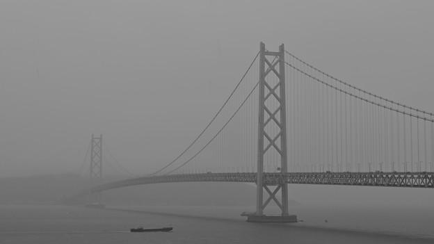 Photos: 雨の明石海峡大橋