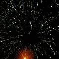 写真: ブラックホールに飲み込まれそうな恒星