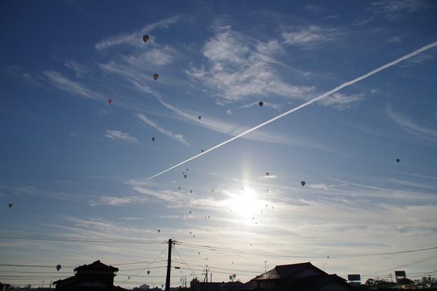 飛行機雲と気球