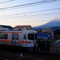 写真: 富士山と電車