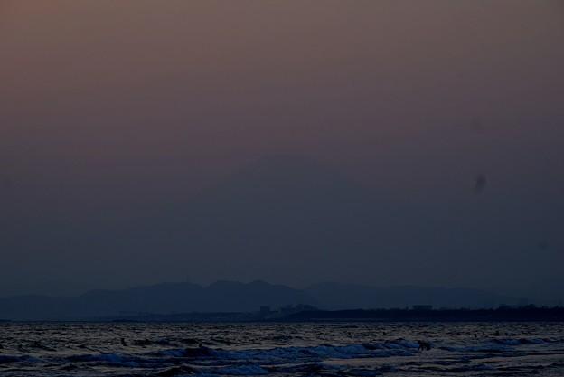 ぼんやり霞む湘南・鵠沼海岸からの富士山 #湘南 #藤沢 #海 #波 #wave #surfing #mysky #富士山 #mtfuji