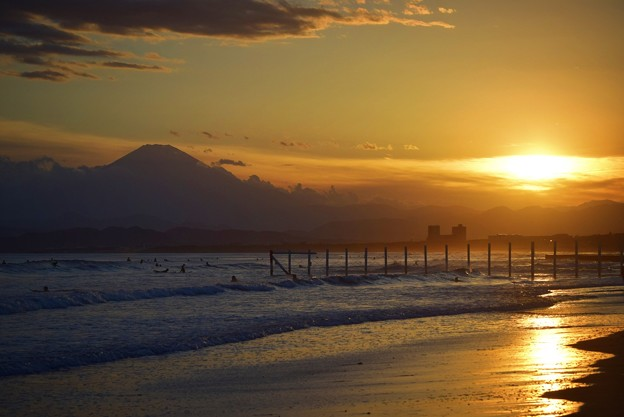 雲中の夕日と富士山@湘南・鵠沼海岸 #湘南 #藤沢 #海 #波 #wave #surfing #mysky #fujisan #mtfuji #富士山