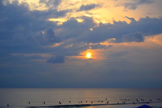 雲に滲む湘南・鵠沼海岸の夕日 #湘南 #藤沢 #海 #波 #wave #surfing #surf #beach #mysky