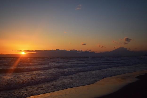 夕日と富士山@湘南・鵠沼海岸 #湘南 #藤沢 #海 #波 #wave #surfing #mysky #fujisan #mtfuji #富士山