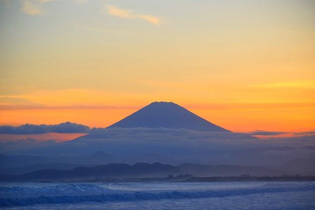 夕闇迫る湘南・鵠沼海岸からの富士山 #湘南 #藤沢 #海 #波 #wave #surfing #mysky #sea #beach #富士山 #mtfuji #fujisan