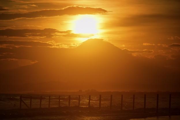 雲で滲む夕日と富士山@湘南・鵠沼海岸 #湘南 #藤沢 #海 #波 #wave #surfing #sea #fujisan #mtfuji #富士山
