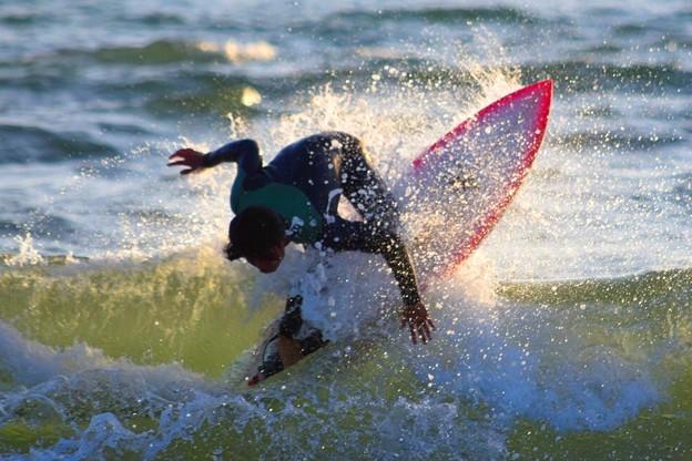夕方の湘南・鵠沼海岸の波はももから腰サイズ。風はオン。#湘南 #海 #波 #wave #surfing #サーフィン #sea #beach