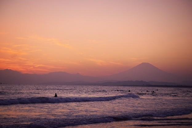 夕闇迫る湘南・鵠沼海岸からの富士山 #湘南 #海 #波 #wave #surfing #サーフィン #sea #mtfuji #fujisan #富士山