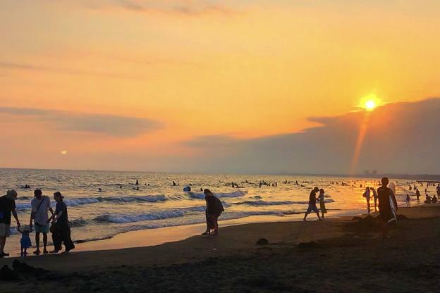 日没を迎える湘南・鵠沼海岸 #湘南 #藤沢 #海 #波 #wave #surfing #sea #beach #サーフィン