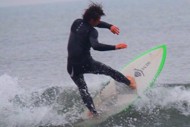夕方の湘南・鵠沼海岸の波はひざからももサイズ #湘南 #藤沢 #海 #波 #wave #surfing #sea
