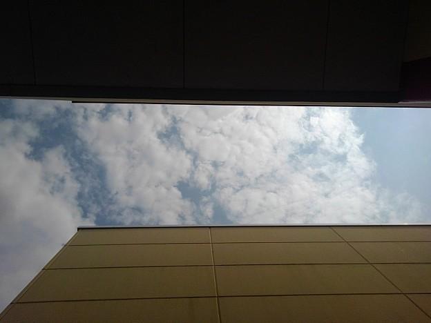 建物の間から見えた空(8月10日) (2)
