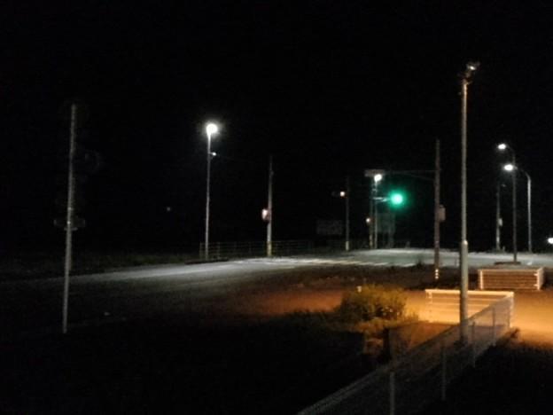 コンビニ近くの交差点の夜景