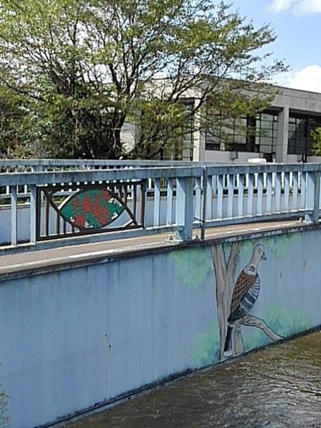 木に止まる鳥が描かれた橋の欄干(9月8日)