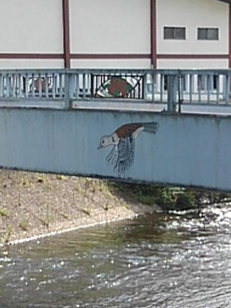 飛ぶ鳥が描かれた橋の欄干(9月8日)