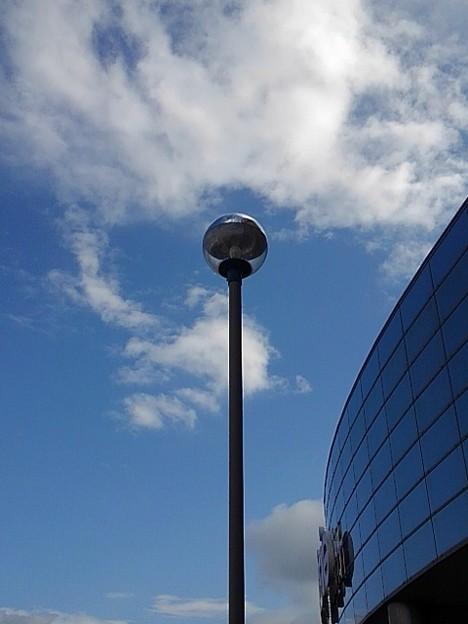 街灯と建物のガラス張り部分(9月27日)