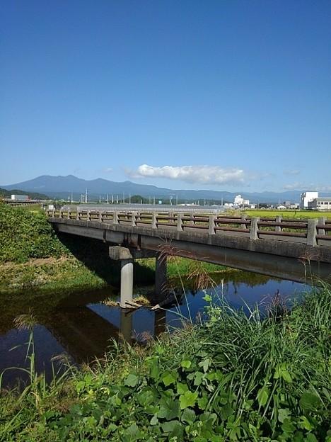 田園地帯を流れる川の橋(10月2日)