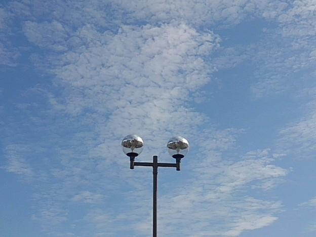 鱗雲の空と二又の街灯(10月7日)