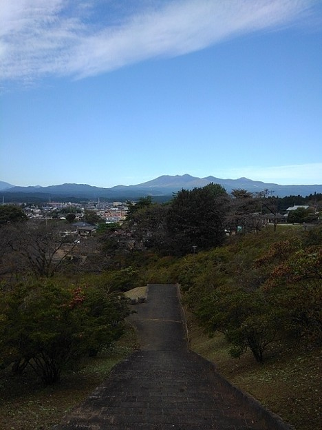 丘の階段から見えた高原山(10月16日)