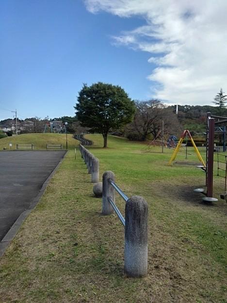 駐車場の柵と遊具たち(10月16日)