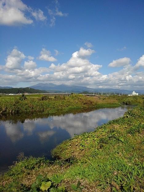 水面の映り込みと奥に見える山(10月21日)