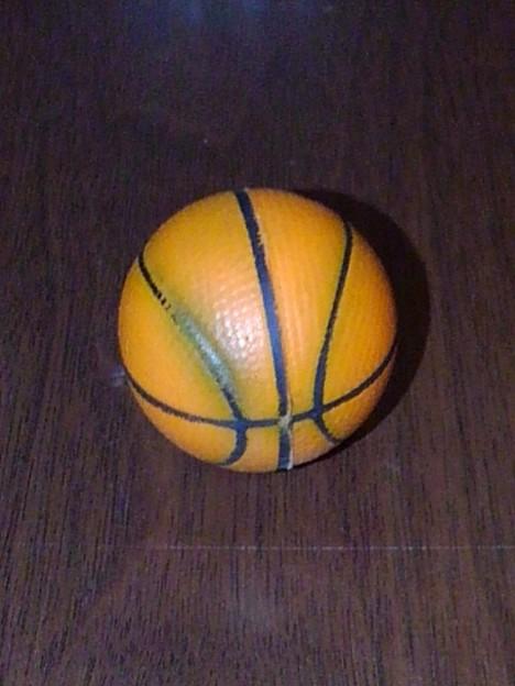 使い古しのバスケットボール型ストラップ