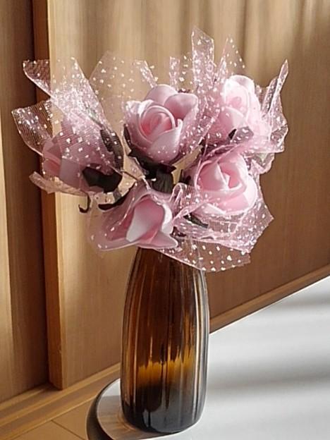 瓶にピンクの造花(12月25日)