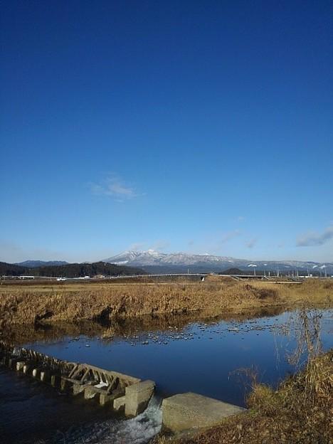 雪が積もった山と川と空(12月18日)